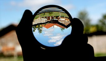 341px-Convex_lens_(magnifying_glass)_and_upside-down_image